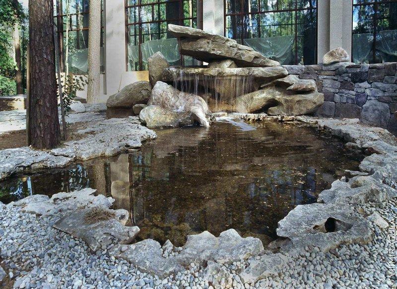 Искусственный водопад в дизайне сада. с гротом