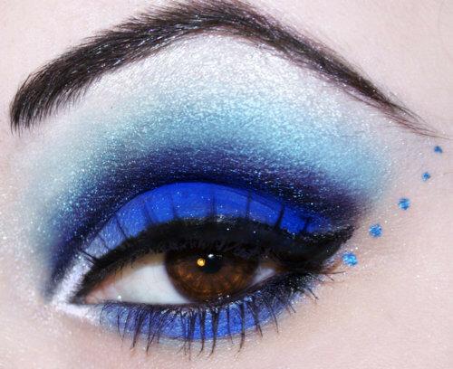 Макияж глаз голубыми тенями