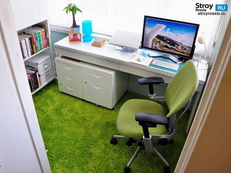 На фото показан дизайн маленького кабинета. Он оформлен в светлых тонах, чтобы визуально увеличить пространство и сделать его просторней.