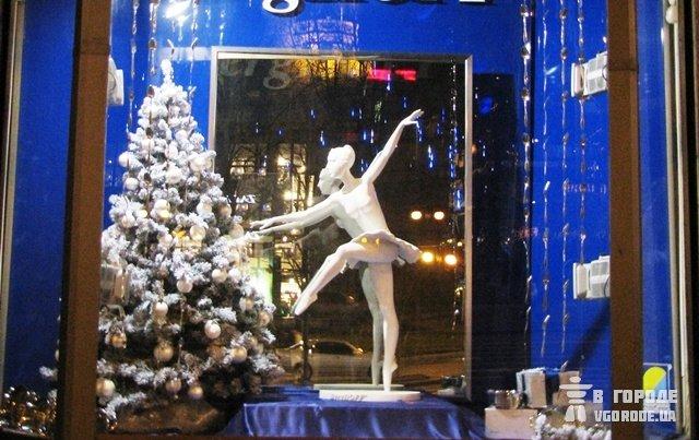 А здесь мы видим, как девочка-балерина пинает новогоднюю елку . Киев
