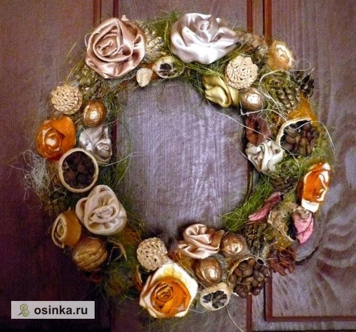 Особая тема - ароматические веночки. Например, этот сделан из орехов, кофейных зерен, высушенной апельсиновой кожуры, шишек и палочек корицы.