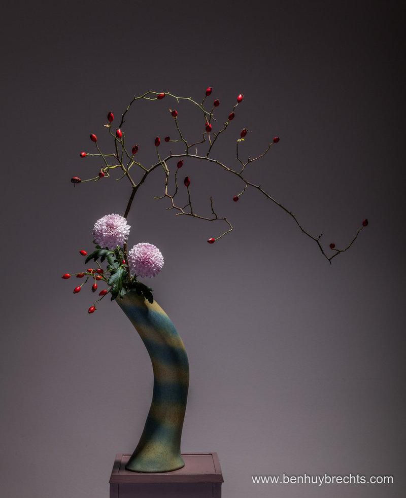 Икебана - древнее японское искусство создания флористических аранжировок. Эти композиции имеют мало общего с привычными для нас европейскими букетами, которые стремятся поразить пышностью и буйством красок. Икебана - это строго организованный флористический ансамбль, он построен по определенным правилам и не терпит излишеств.