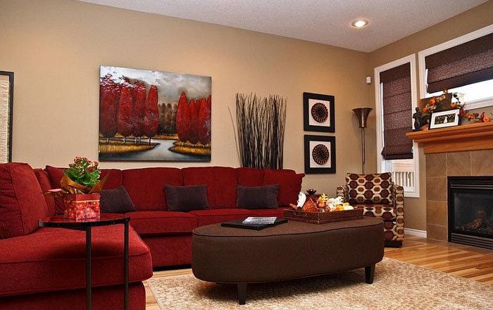 Красный диван - композиционный центр гостиной