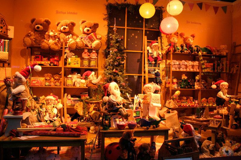 Сказочные рождественские витрины в Стокгольме. Видя такое, действительно ощущаешь атмосферу праздника, ожидания чего-то новогоднего, как в детстве…
