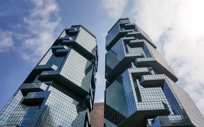 """Небоскребы-близнецы Lippo Centre. Они известны благодаря своей необычной форме - как будто коалы лезут по дереву,  поэтому в народе эти здания часто называют просто """"коалы""""."""