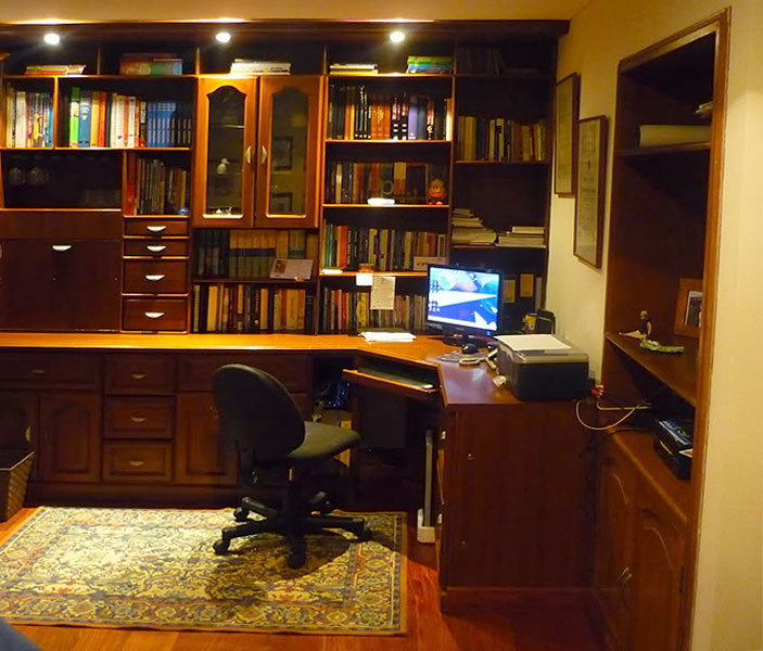 Мебель из ДСП  и офисное кресло для кабинета