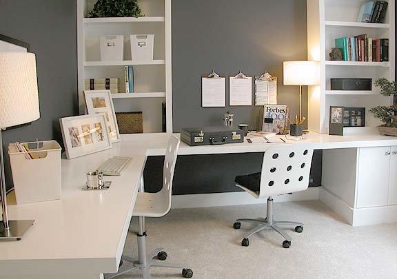 светлый угловой стол для двоих в домашний кабинет