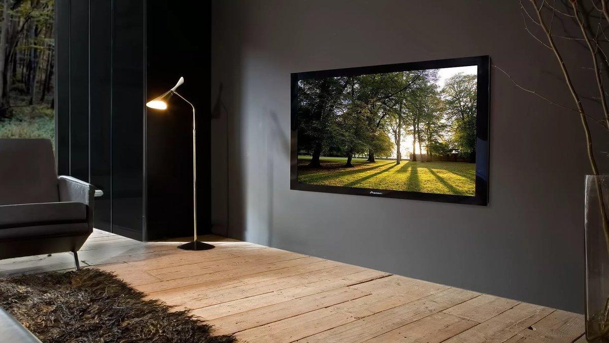 Поздравления февраля, картинка с телевизором на стене