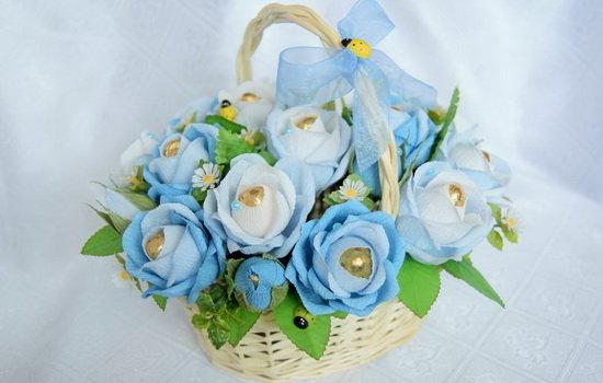 Мастерим цветы из бумаги с конфетами: необычный и яркий презент всегда приятен, хенд-мейк сегодня в моде, выбираем материал и приступаем к работе