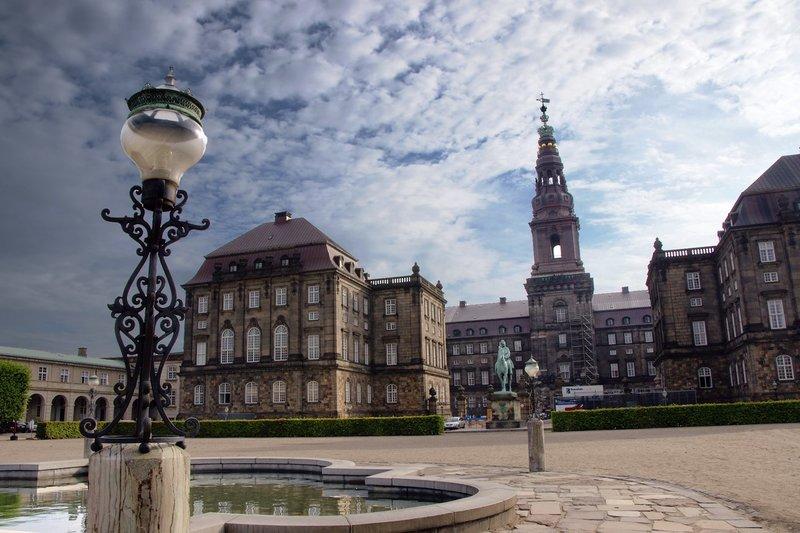 Дворец Кристиансборг - один из важных исторических мест города Копенгаген, расположенный на острове Слотсхольмен.