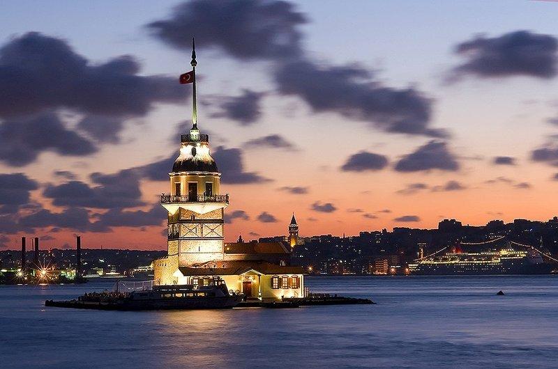 Девичья башня, известная под названием Кыз Кулеси, один из самых романтических символов Стамбула. Она построена на крохотном островке прямо в центре Босфора, у входа в гавань Стамбула.