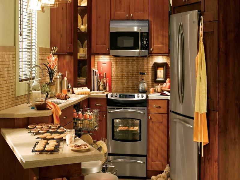 Дизайн маленькой кухни вполне может быть удобным и красивым, нужно лишь учитывать некоторые особенности планировки и правила оформления небольших помещений.