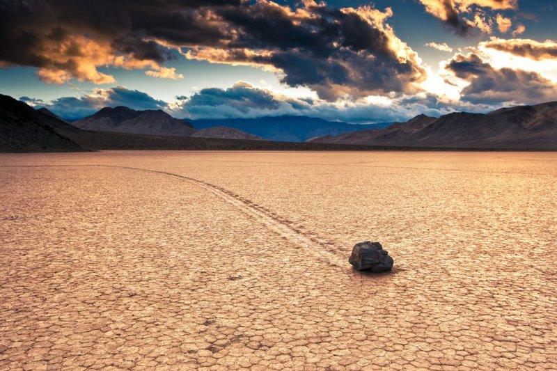 Долина движущихся камней в Калифорнии, США