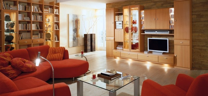 Интерьер гостиной в современном стиле с яркими акцентами