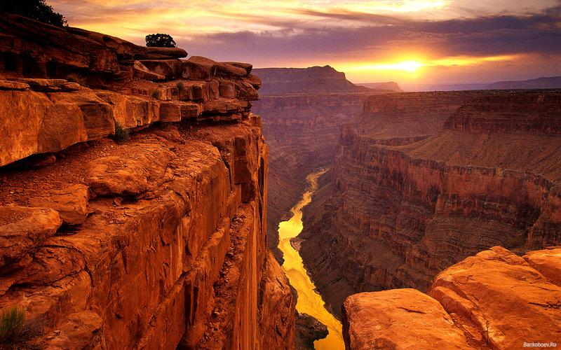Национальный парк Гранд-Каньон - это одно из самых популярных мест среди туристов в США и самая известная достопримечательность Аризоны. Он образован рекой Колорадо и является самым большим речным каньоном в мире.