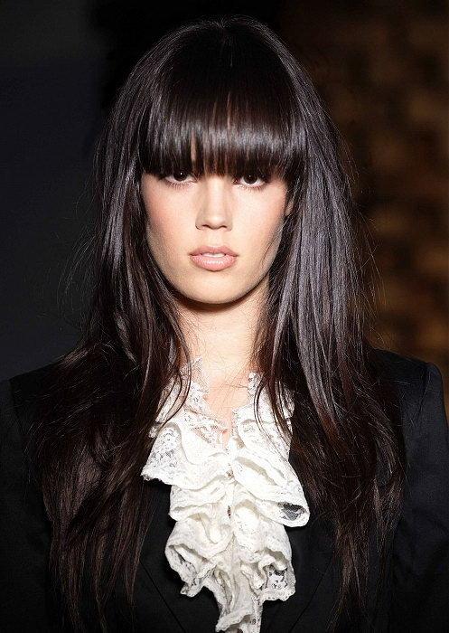 Фото длинные волосы с челкой брюнетки
