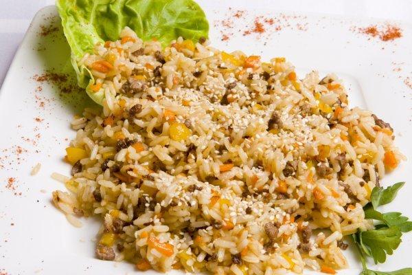 Постный рис с пряностями и сухофруктами