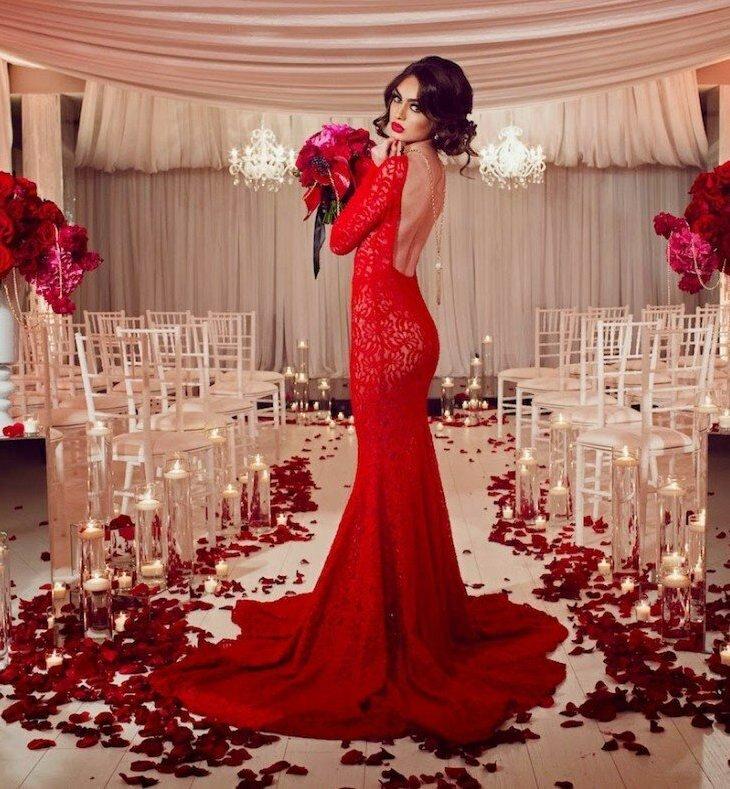 Платье с открытой спиной.