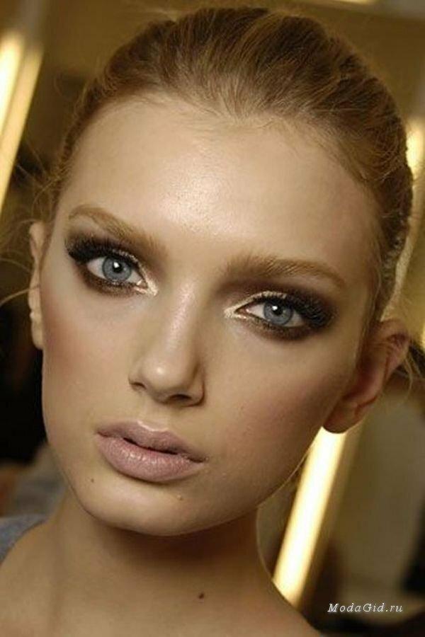 Новогодний макияж - это всегда яркий вечерний макияж. Но каждый год хочется внести какое-то разнообразие в свой праздничный образ.