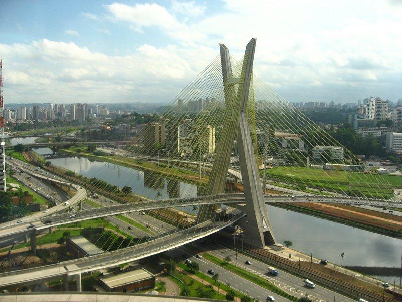 Мост Octavio Frias de Oliveira Bridge также уникален в своем роде. Расположенный в бразильском Сан-Паулу мост является единственным в мире, опоры которого образуют форму буквы Х.