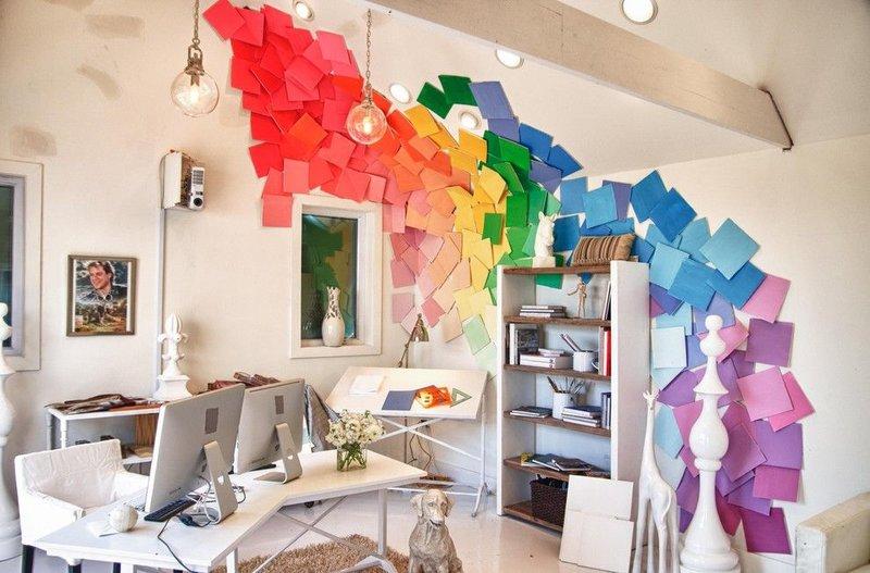 Декор стены листками всех цветов радуги - цвета плавно переходят один в другой