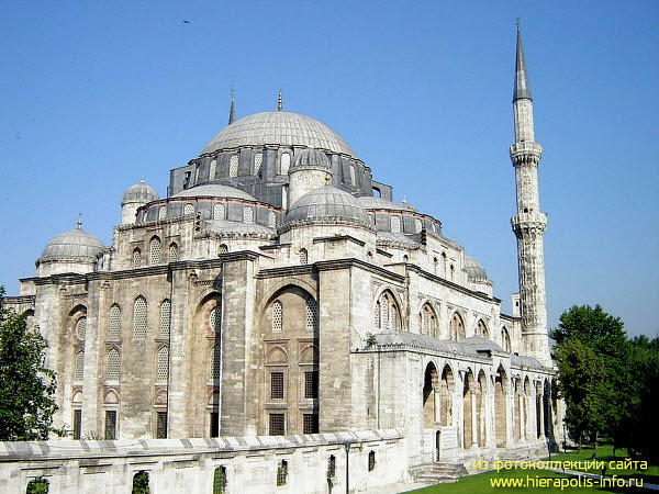 Величественное сооружение мечети Шехзаде гордо возвышается над историческим центром Стамбула. Мечеть была возведена по прямому указанию султана Сулеймана I для того, что бы навсегда увековечить память о своем любимом сыне Мехмеде.