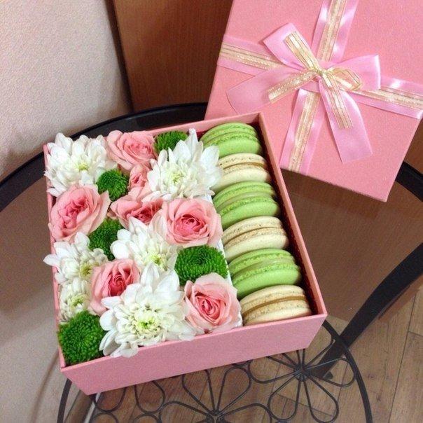 Цветы в коробке с макарунс