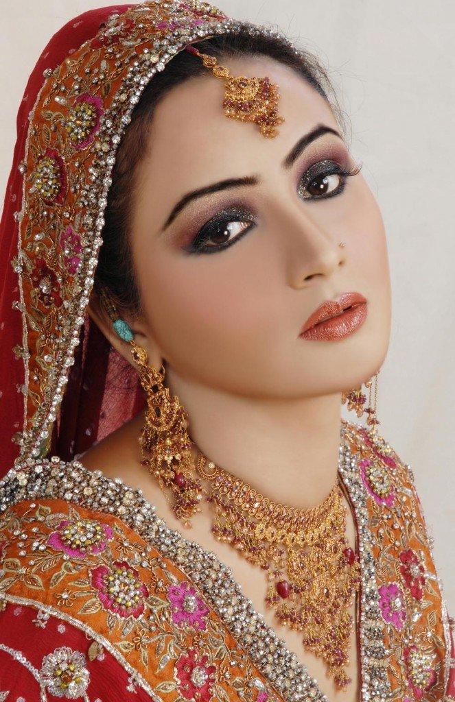 Арабский макияж Яркие и смелые женщины несомненно остановят свое внимание на арабском макияже. Это, конечно, совсем не свадебный макияж для непроницаемых карих глаз, но зато он годен для многих других случаев....