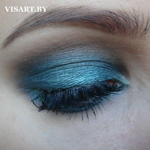 Чтобы создать драматично-глубокий взгляд голубых глаз следует использовать в макияже насыщенно-синий пигмент. При желании ярко выразить глаза, можно добавить немного темного пигмента во внешний уголок и вдоль линии ресниц.