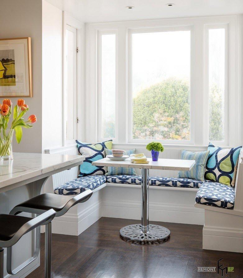 Обеденная зона на маленькой угловой кухне купить скинали для кухни из стекла