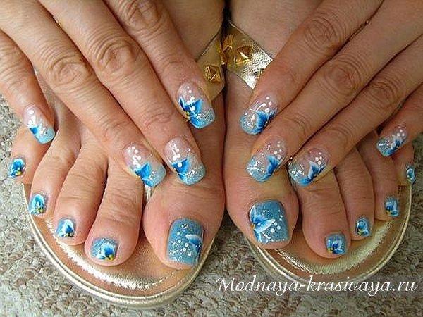 Стразы эффектно дополняют цветочную роспись ногтей.