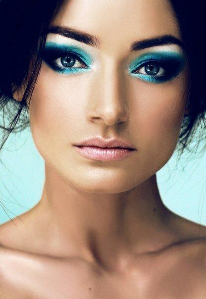 Акцент на сине-голубом в макияже