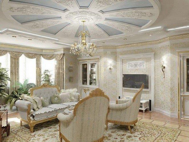 Кремовая гостиная с голубым декором потолка