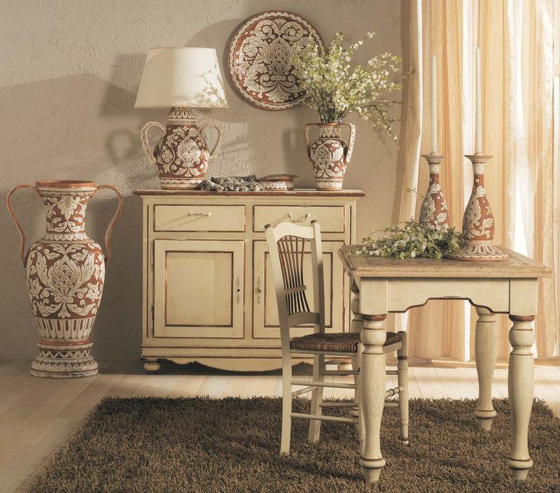 Вазы на полу, на столе и светильник в форме вазы.