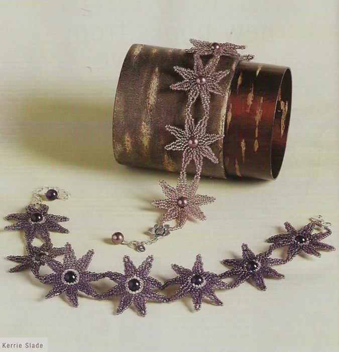 Материалы: - бисер светлого цвета - бисер лиловый - фиолетовая бусина - леска и замочек В комплект входит браслет и колье, которые состоят из соединенных между собой цветков.