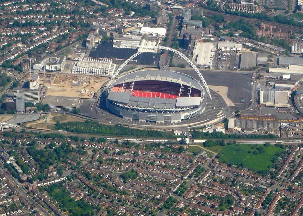 что самые большие стадионы великобритании нас