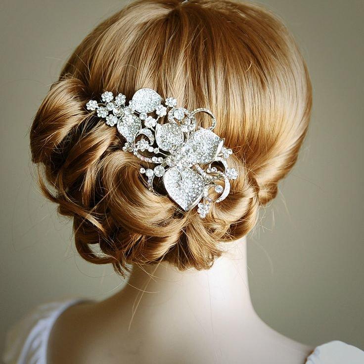 В день свадьбы длинные волосы можно уложить очень эффектно, при этом не обязательно затевать что-то сложное