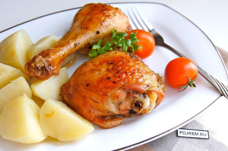 Оставляем замаринованные крылышки на ночь в холодильнике под пищевой пленкой, чтобы продукт не высыхал.