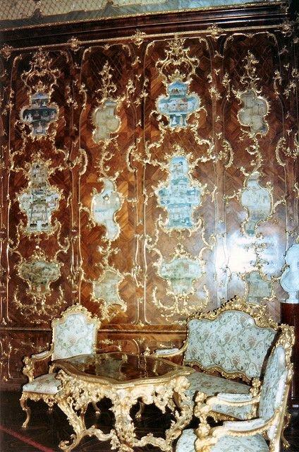 Деревянные коричневые панели в оформлении стен гостиной