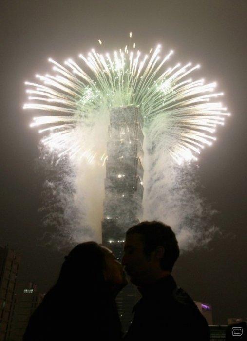Пара целуется у высочайшего небоскреба мира Тайбэй 101