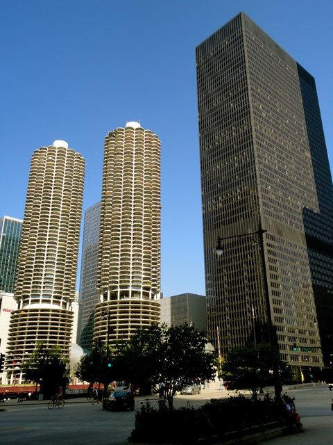 Л.Мис Ван дер Роэ. Здание IBM в Чикаго. Функциональная трактовка огромного конторского здания – акцентированный каркас и нейтральный фасад, отражающий содержимое и конструкции. ( Сзади слева – небоскребы Марина-сити).