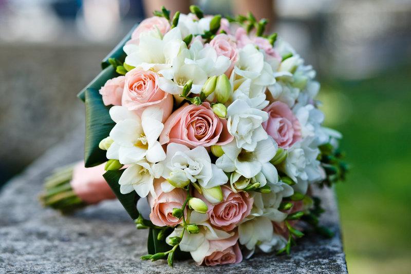 В рамках июльского свадебного спецпроекта мы расскажем, как своими руками сделать красивый и практичный свадебный букет,бутоньерку и украсить зал.