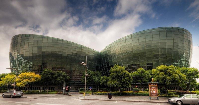 Шанхайский центр восточного искусства — один из крупнейших культурных объектов в Шанхае и во всём Китае. Он посвящён исполнительскому искусству, но также включает пространства для выставок, конференций и прочего.
