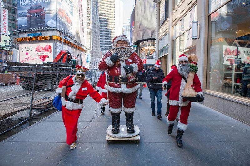 В прошедшую субботу тысячи Санта-Клаусов, эльфов и оленей оккупировали знаменитую площадь в центральной части Манхэттена — Таймс-сквер. Так называемый слёт состоялся в рамках ежегодного «Сантакона». Цель мероприятия — живое общение и новые знакомства...