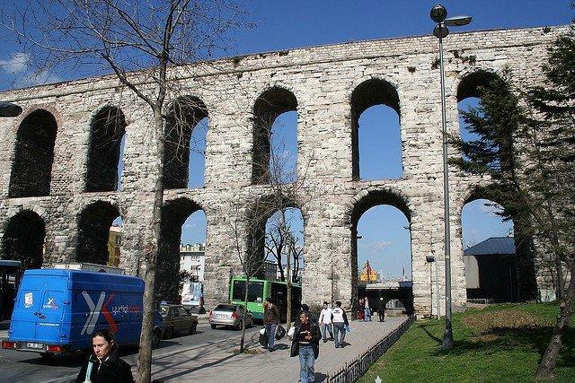 Акведук Валента фото. Акведук Валента – один из самых известных символов Стамбула и его главная достопримечательность. Акведук входит в программу всех