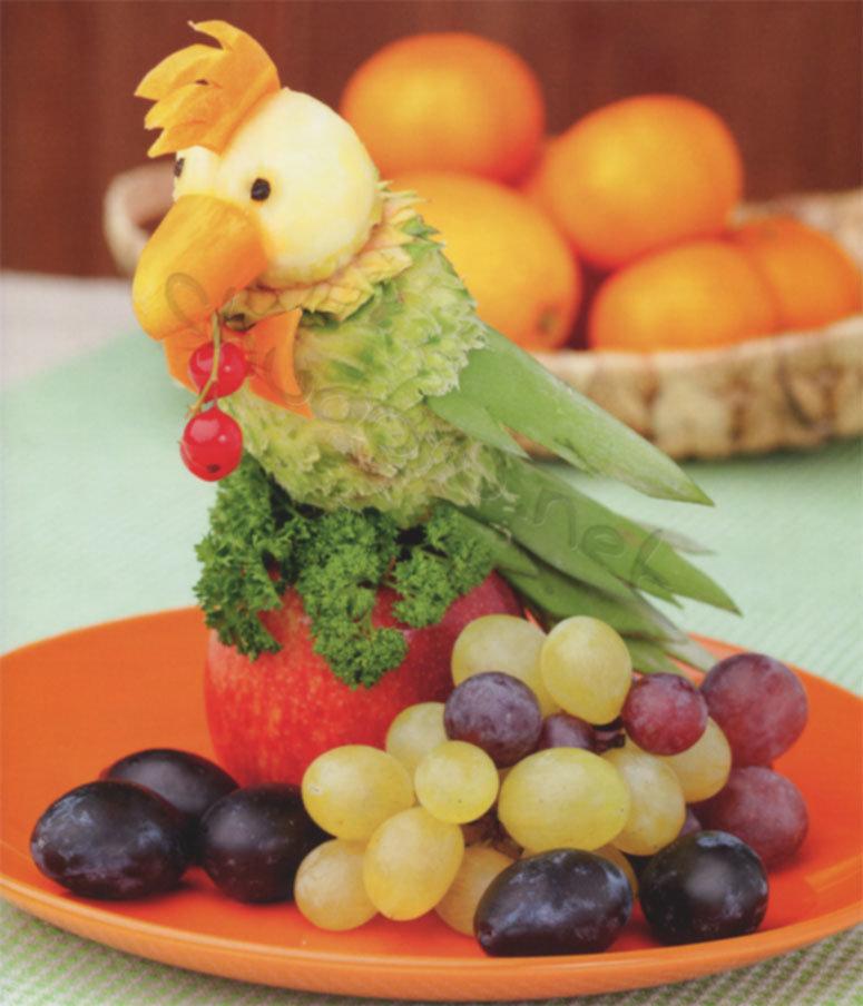 Обыкновенный ананас всего лишь за полчаса с помощью нескольких ножей и ножниц примет форму красочного и очень симпатичного попугайчика.