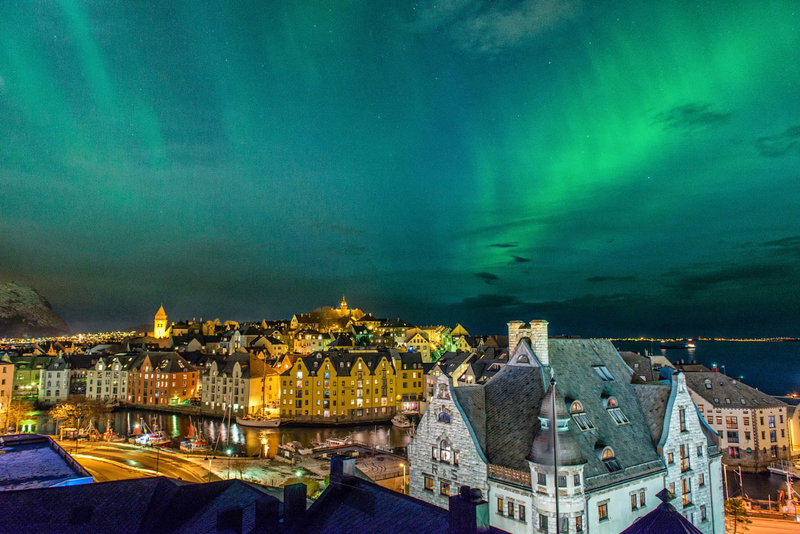 Северное сияние в городе Олесунн, Норвегия.