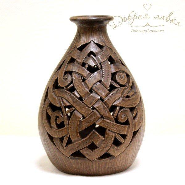 Ажурная глиняная ваза с кельтским орнаментом.