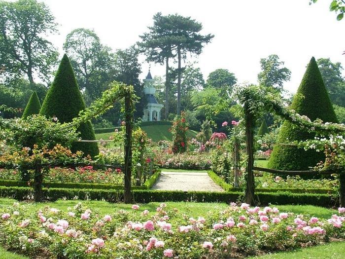Сад в английском стиле --это путешествие в сказку природы,гармония и красота.