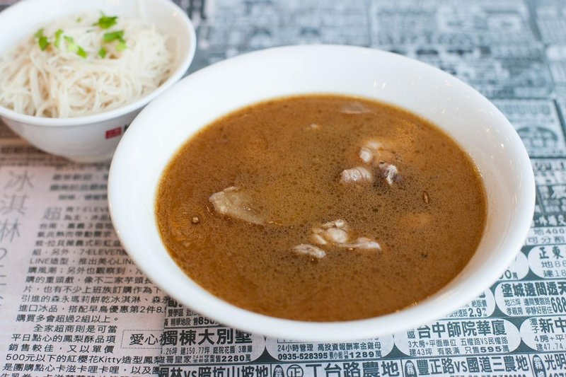Целебный суп-бульон со свиными ребрами и кореньями